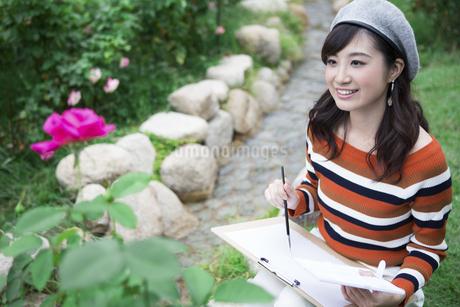 公園で絵を描く女性の写真素材 [FYI04282318]