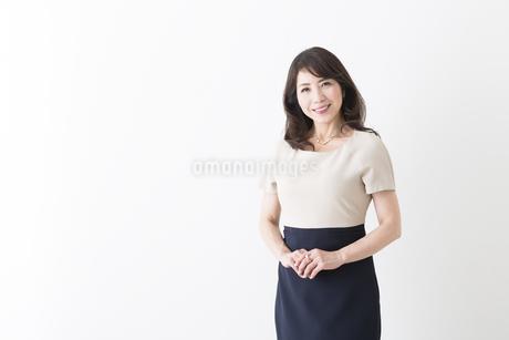 ミドル女性の立ちポーズの写真素材 [FYI04282340]