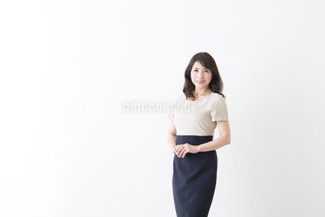 ミドル女性の立ちポーズの写真素材 [FYI04282350]