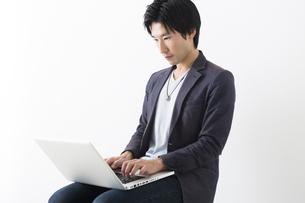 パソコンを操作する男性の写真素材 [FYI04282395]