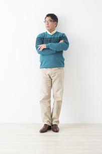 ミドル男性の立ちポーズの写真素材 [FYI04282401]