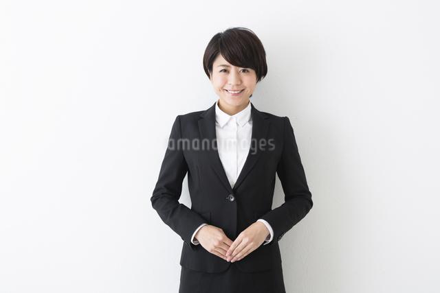 笑顔で立つビジネスウーマンの写真素材 [FYI04282418]