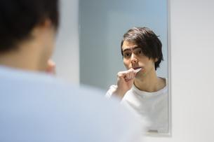 歯を磨く男性の写真素材 [FYI04282479]