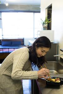 お弁当を作る女性の写真素材 [FYI04282485]