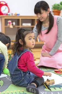 保育園で遊ぶ子供たちの写真素材 [FYI04282510]