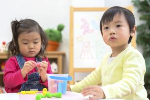 粘土で遊ぶ子供たちの写真素材 [FYI04282524]