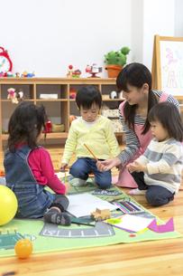 お絵描きする子供たちの写真素材 [FYI04282529]