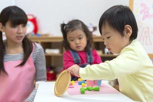粘土で遊ぶ子供たちの写真素材 [FYI04282532]