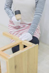 DIYをする女性の写真素材 [FYI04282544]