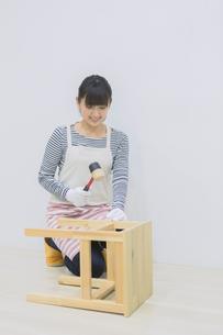 DIYをする女性の写真素材 [FYI04282548]