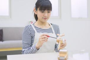 DIYをする女性の写真素材 [FYI04282550]