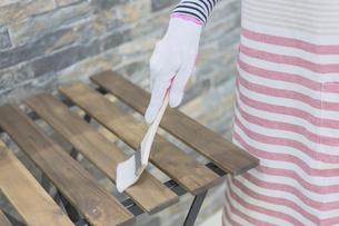 DIYをする女性の写真素材 [FYI04282556]