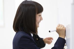 塾で勉強する中学生の写真素材 [FYI04282726]