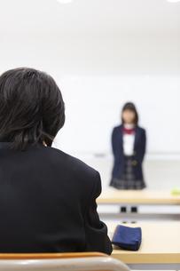 塾で勉強する中学生の写真素材 [FYI04282728]