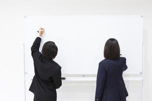 塾で勉強する中学生の写真素材 [FYI04282732]