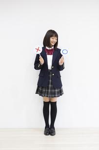 ○×サインを持つ女の子の写真素材 [FYI04282748]