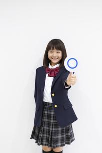 ○×サインを持つ女の子の写真素材 [FYI04282751]