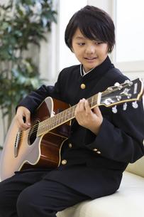 ギターを弾く中学生の写真素材 [FYI04282752]