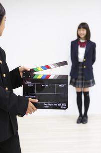 撮影する中学生の写真素材 [FYI04282753]