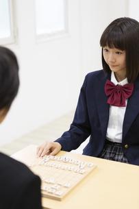 囲碁をする中学生の写真素材 [FYI04282754]
