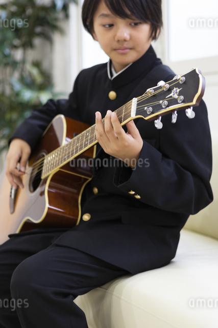 ギターを弾く中学生の写真素材 [FYI04282755]