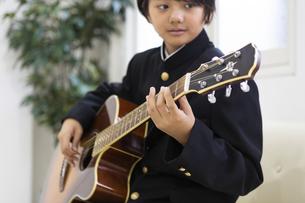 ギターを弾く中学生の写真素材 [FYI04282760]