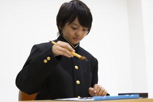 習字をする中学生の写真素材 [FYI04282762]