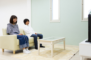 テレビを見る中学生の写真素材 [FYI04282770]