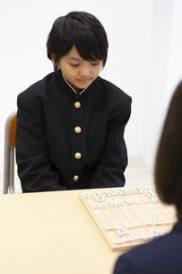囲碁をする中学生の写真素材 [FYI04282774]