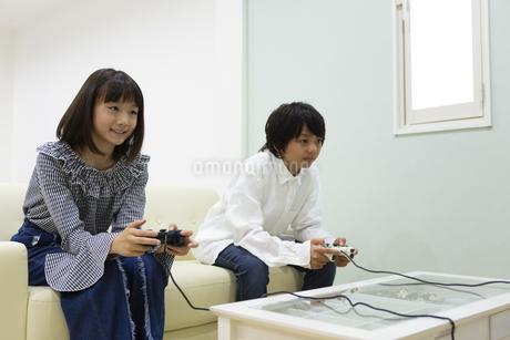 ゲームをする中学生の写真素材 [FYI04282783]