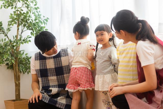 保育士と園児たちの写真素材 [FYI04282803]