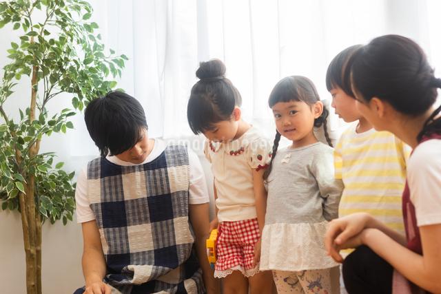 保育士と園児たちの写真素材 [FYI04282805]