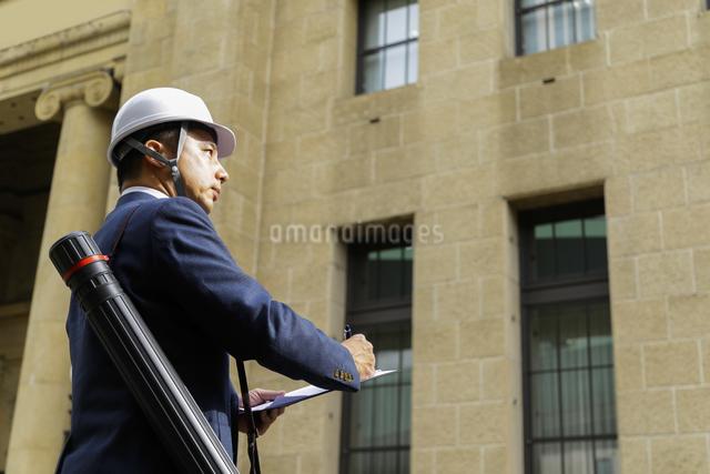 ヘルメットを被ったビジネスマンの写真素材 [FYI04282837]