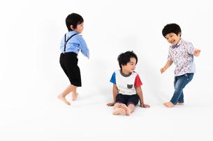 はしゃぐ男の子たちの写真素材 [FYI04282908]