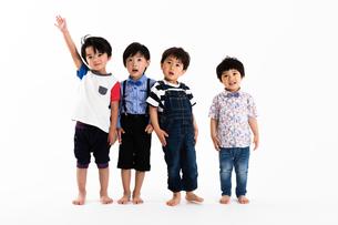並ぶ男の子たちの写真素材 [FYI04282912]