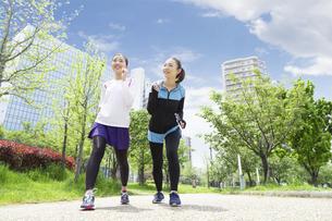 走る女性2人組の写真素材 [FYI04282914]