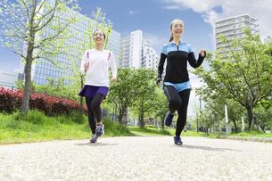 走る女性2人組の写真素材 [FYI04282915]