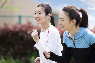 走る女性2人組の写真素材 [FYI04282916]