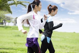 走る女性2人組の写真素材 [FYI04282918]