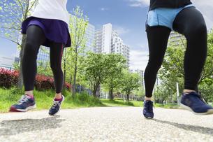 走る女性2人組の写真素材 [FYI04282921]