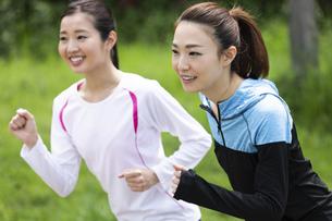 走る女性2人組の写真素材 [FYI04282922]