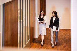 オフィスを会話しながら歩くビジネスウーマンの写真素材 [FYI04282943]