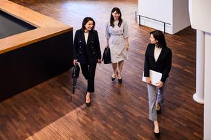 オフィスを会話しながら歩くビジネスウーマンの写真素材 [FYI04282944]