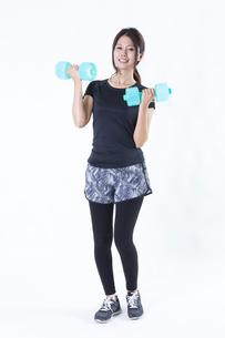 スポーツウェアを着た女性の写真素材 [FYI04283201]