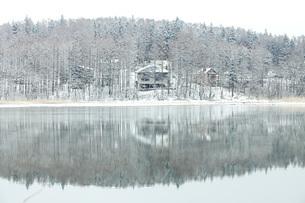 春雪の三本木沼の写真素材 [FYI04283353]