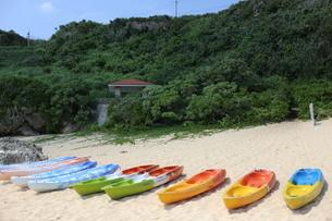 砂浜にあるカヌーの写真素材 [FYI04283545]