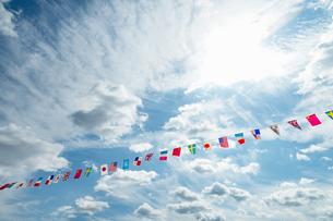 青空に万国旗の写真素材 [FYI04283563]