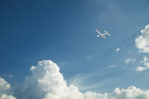 青空に飛ぶ紙飛行機の写真素材 [FYI04283570]