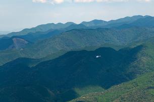 山間部をパトロールするヘリコプターの写真素材 [FYI04283571]