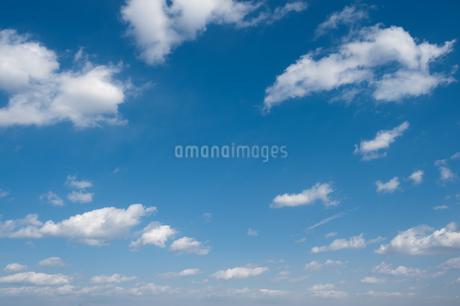 青空に雲の写真素材 [FYI04283574]
